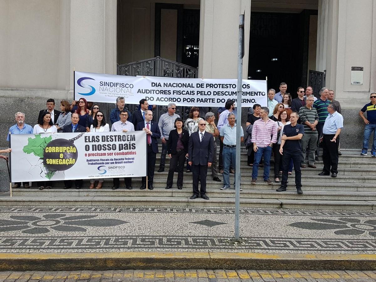 Auditores fiscais paralisam atividades erealizam ato no Centro de Santos