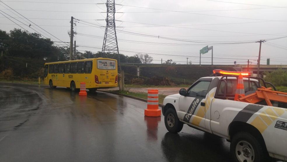 Ônibus bateu em um poste na Avenida Frederico Ozanan, em Jundiaí (Foto: Operação de Trânsito de Jundiaí/Divulgação)