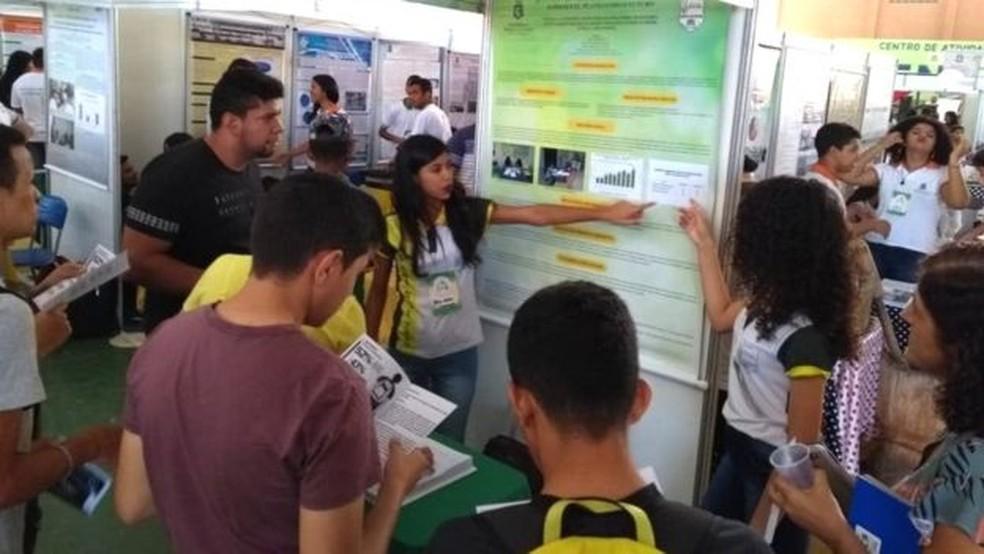 Em rodas de conversas, os alunos debatem seus problemas e dificuldades — Foto: Divulgação/BBC News