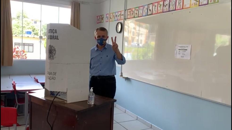 Blumenau: Candidato Mário Hildebrandt (Podemos) votou na EBM Professor Oscar Unbehaun na manhã deste domingo (29)  — Foto: Reprodução/ NSC TV