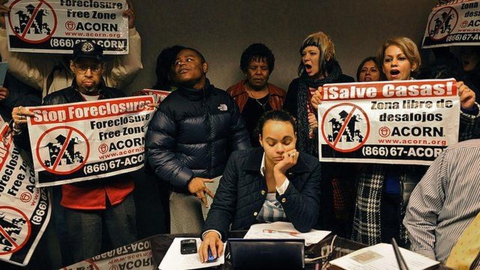 A crise imobiliária continuou por anos, e muitos protestaram contra leilões de imóveis tomados de moradores — Foto: Getty Images