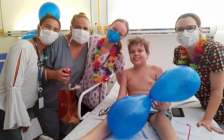 Adolescente hospitalizado com anemia recebe alta no dia do aniversário da mãe e prepara surpresa, em Fortaleza
