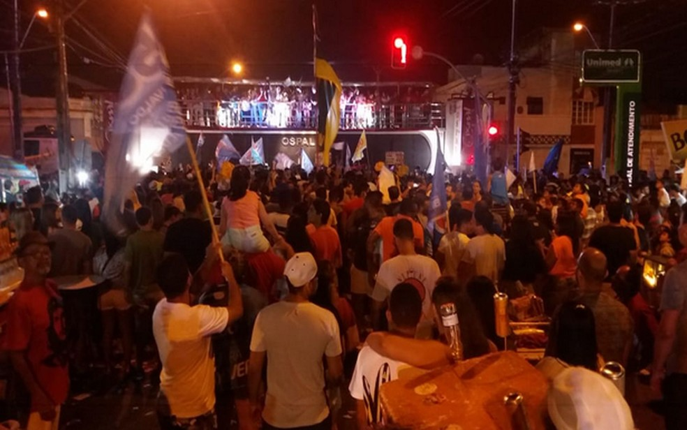 Eleitores comemoram no Bairro 13 de Julho em Aracaju  — Foto: Anderson Barbosa/G1