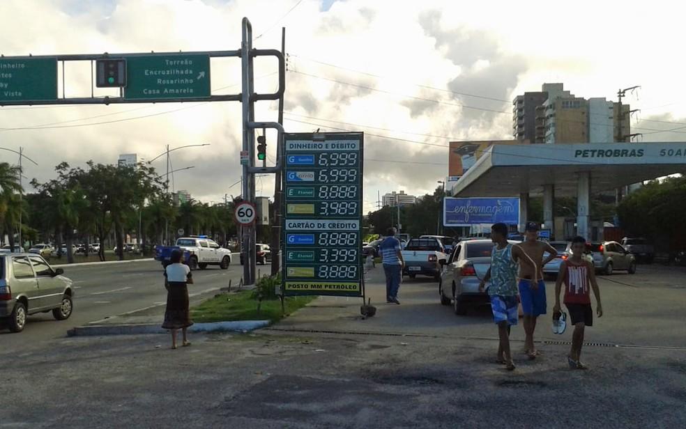 Gasolina chegou a R$ 6,99 em posto no Recife (Foto: Danielle Fonseca/TV Globo)
