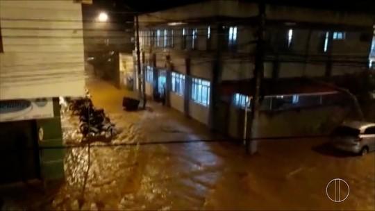 Chuva provoca transbordamento de rio, deixa casas inundadas e ruas alagadas em Itaocara, no RJ
