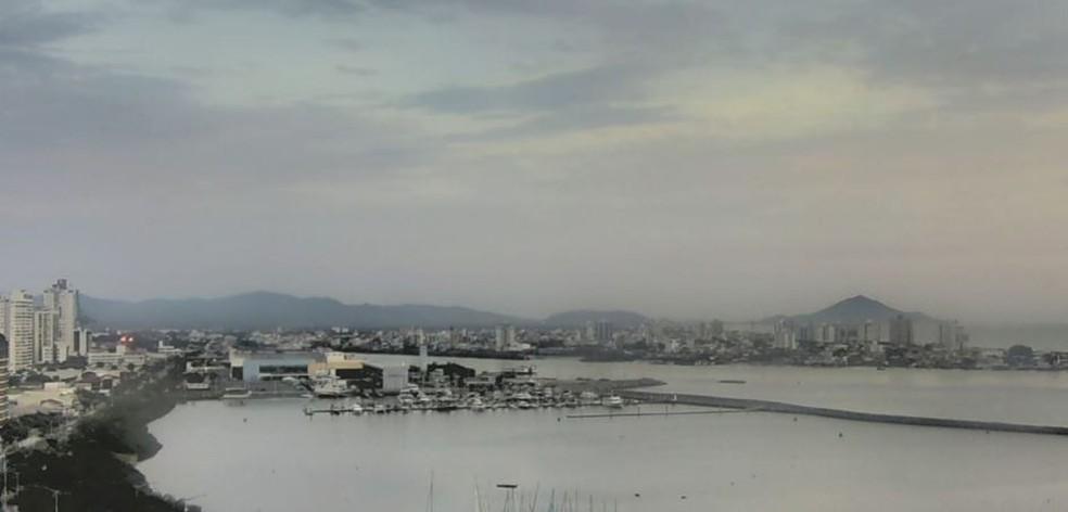 Previsão do tempo em Itajaí indica aberturas de sol entre nuvens — Foto: Reprodução/ NSC TV