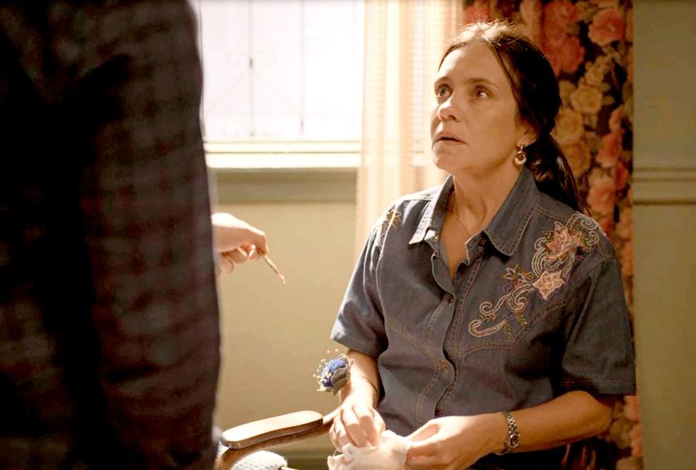Thelma (Adriana Esteves) fica em pânico com descoberta de Danilo 'Amor de Mãe' — Foto: Globo