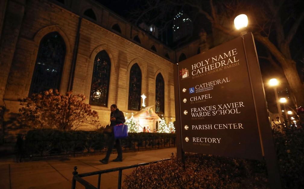 Mulher caminha em frente à Catedral do Nome Sagrado, em Chicago, nesta quarta-feira (19)  — Foto: Kamil Krzaczynski / AFP