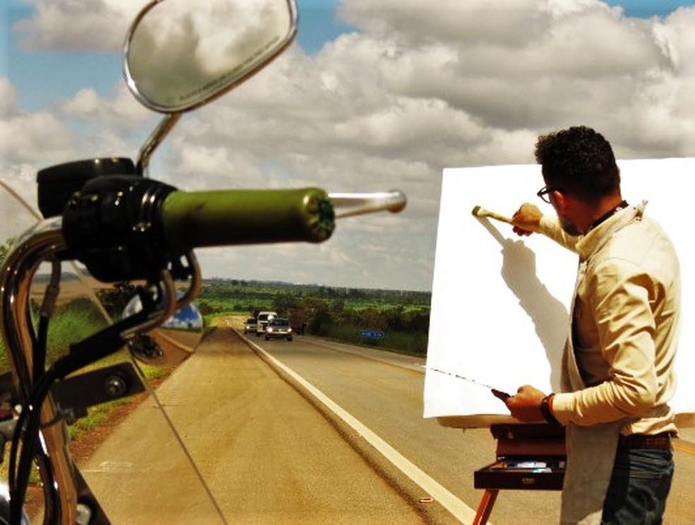 Brasiliense planeja parar para pintar quadros realistas de quem ele encontrar pelo caminho — Foto: Carlos Bueno/TV Globo