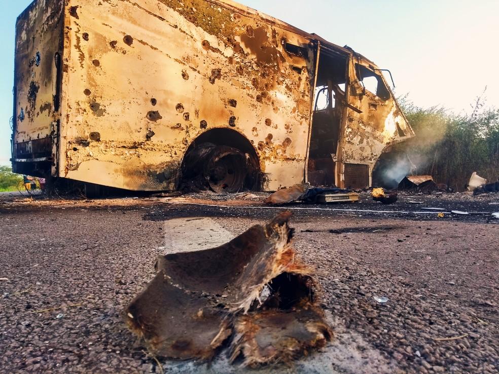 Carro-forte ficou destruído após ataque criminoso no interior do RN — Foto: Acson Freitas/Inter TV Cabugi
