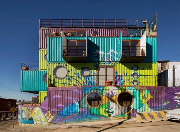 As pinturas do Wine Box Hotel garantem ousadia e atitude ao local (Foto: Wine Box Hotel/ Reprodução)
