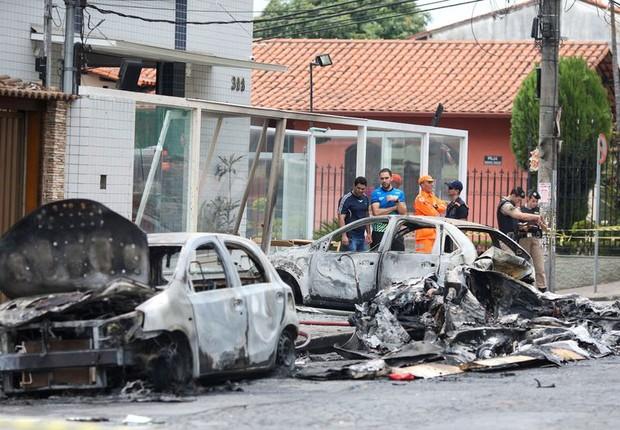 Resultado de imagem para Avião cai sobre carros em Belo Horizonte e mata três pessoas
