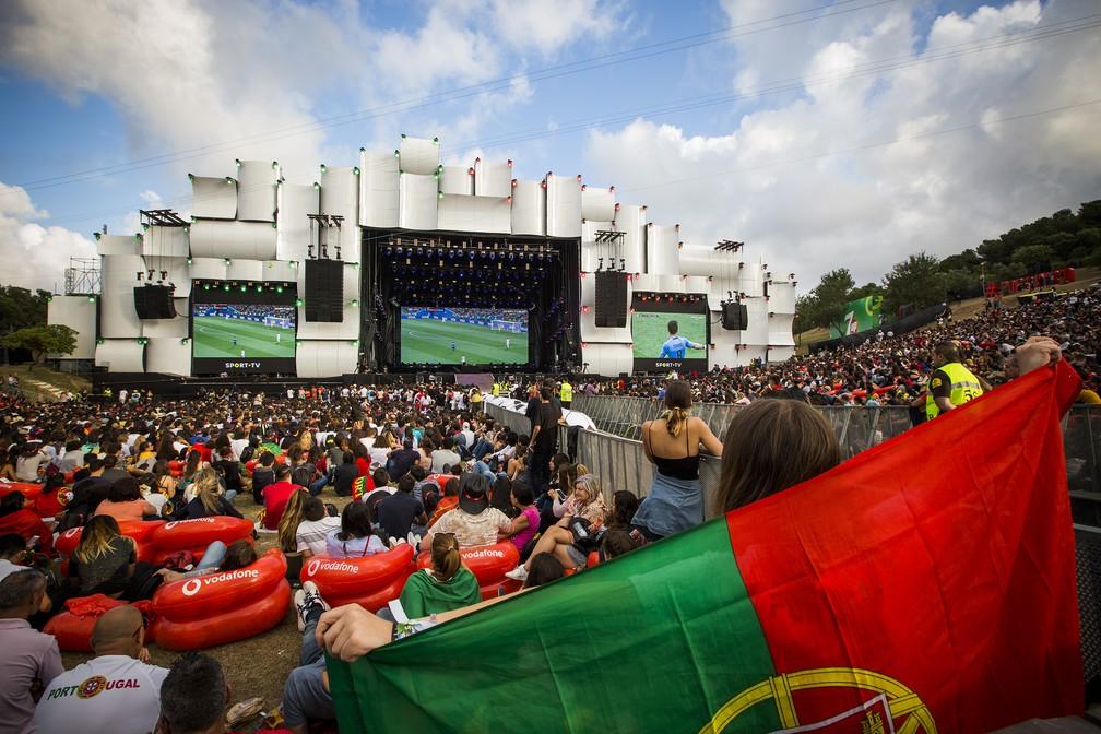 Telões do Rock in Rio Lisboa transmitem jogo de Portugal contra o Uruguai válido pelas oitavas de final da Copa do Mundo da Rússia. Portugal acabou eliminado. (Foto: Divulgação )