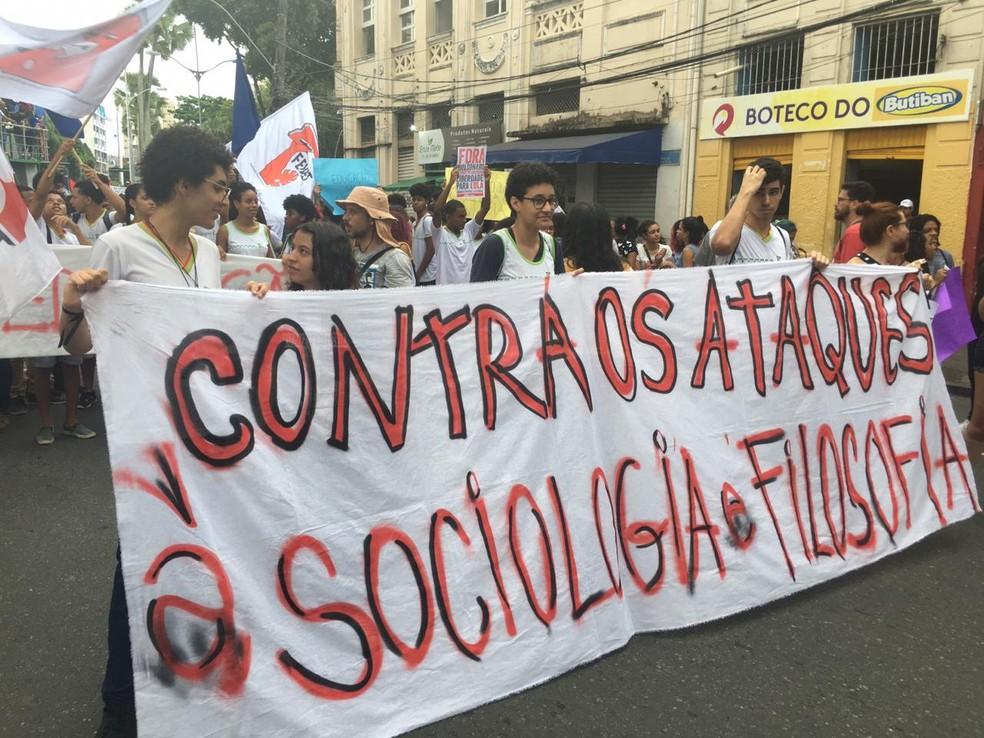 Professores e estudantes protestam em Salvador — Foto: Maiana Belo/G1 Bahia