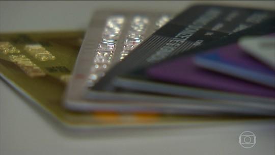 Trinta e três por cento dos que usam cartão só sabem quanto gastam quando chega a fatura