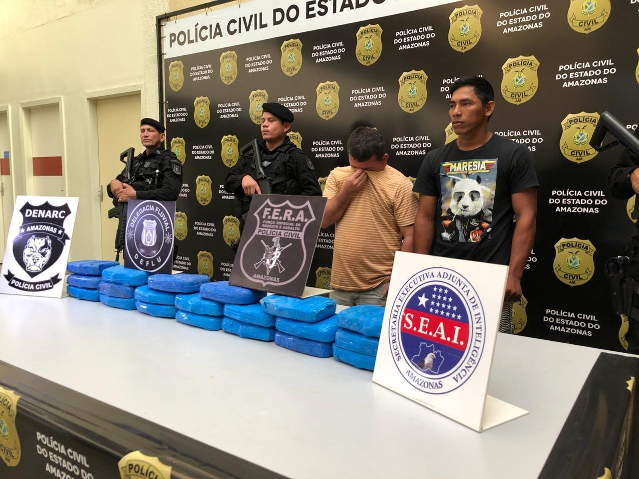 Dupla é presa com 20 kg de cocaína em estacionamento de supermercado, em Manaus
