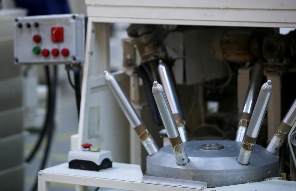 Máquina em fábrica de camisinhas em Buenos Aires, Argentina — Foto: Agustin Marcarian/Reuters