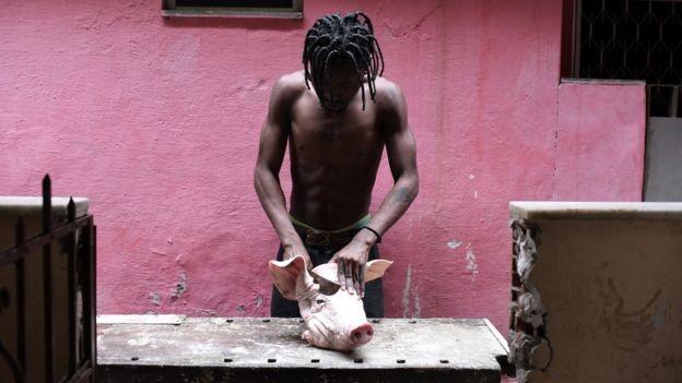 Congoleses preparam comidas típicas em seu país, como o fufu, um fubá preparado com ervas e carne (Foto: Fabio Teixeira/BBC News Brasil)