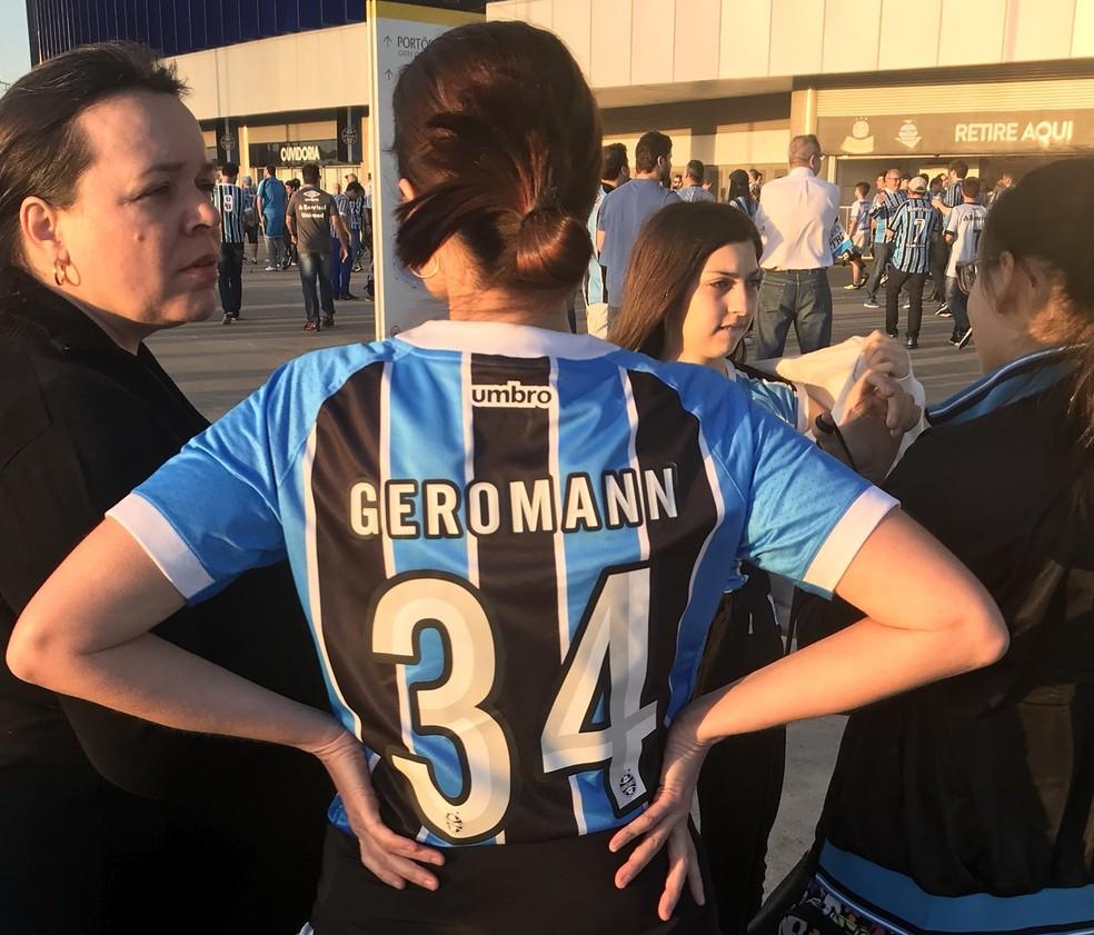 """Torcedora Andreia Difini com camisa """"Geromann"""" na Arena (Foto: Eduardo Moura)"""