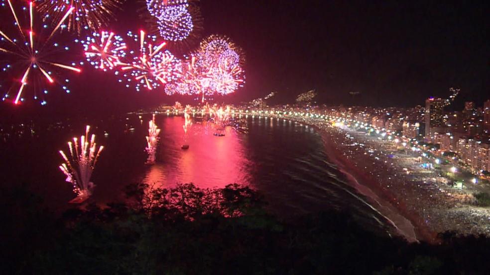 Fogos na orla da praia de Copacabana — Foto: Reprodução/TV Globo