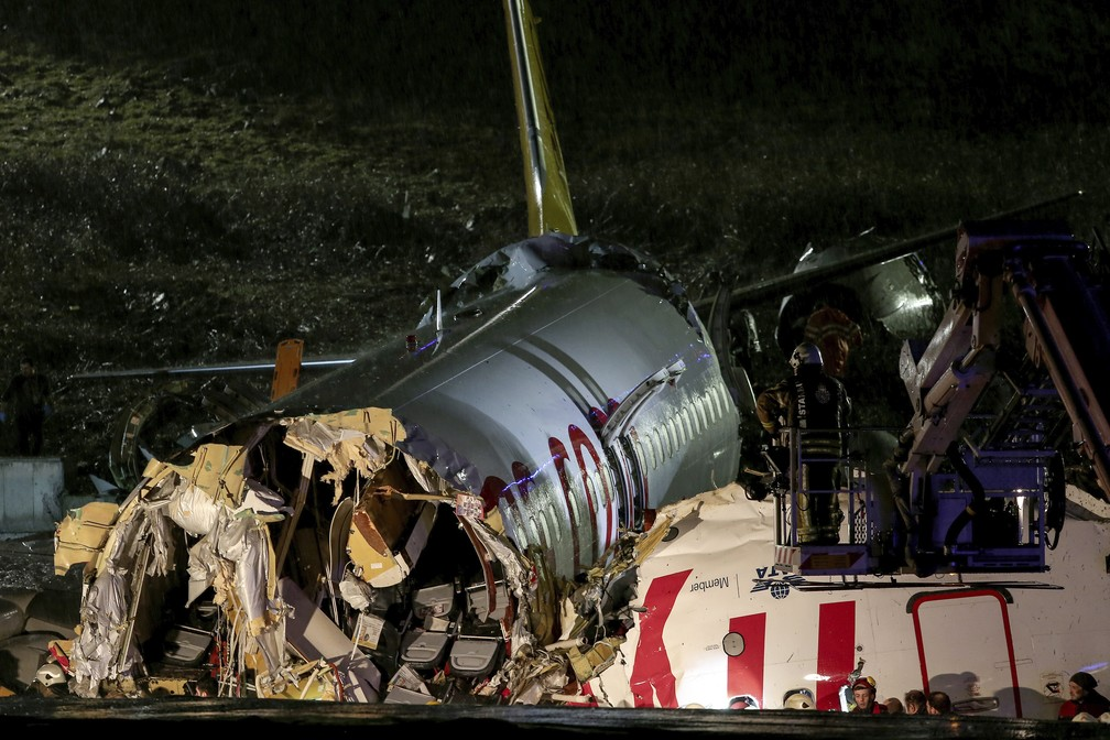 Imagem mostra como ficou fuselagem do Boeing 737-800 da Pegasus Airlines que se acidentou em Istambul, na Turquia — Foto: Can Erok/DHA via AP