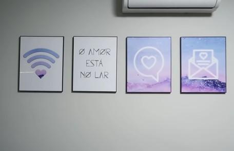 Parede da sala tem quadros que remetem à internet Reprodução