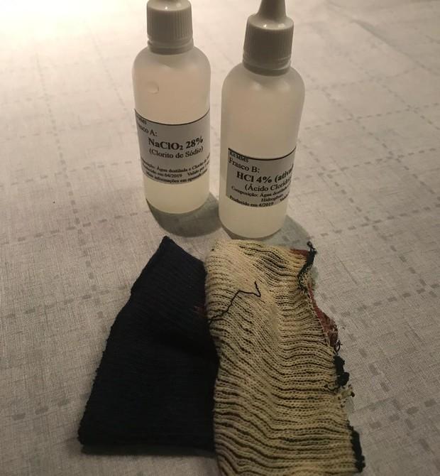 Experimento feito com MMS comprado na internet: tecido azul escuro ficou claro em 10 minutos após receber a solução (Foto: Arquivo Pessoal)
