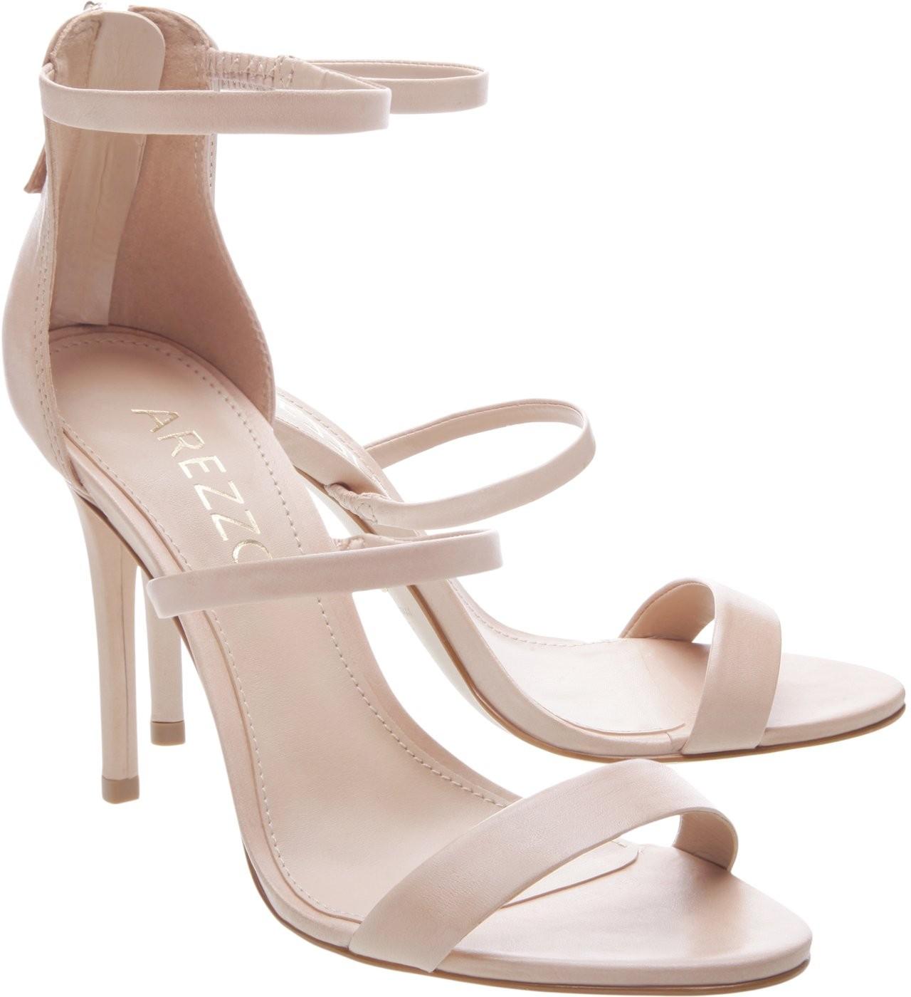 A top apostou em sandálias minimalistas para o evento (Foto: divulgação)