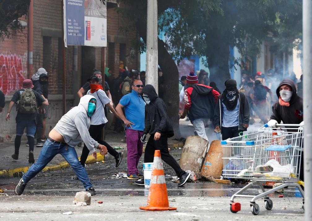 Manifestantes e forças de segurança entram em confronto durante protesto em Valparaíso, no Chile, nesta sexta-feira (25) — Foto: Rodrigo Garrido/Reuters