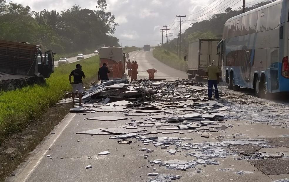 Carga de mármore caiu de caminhão na BR-232, na madrugada desta quinta-feira (14), no município de Moreno — Foto: Polícia Rodoviária Federal/Divulgação