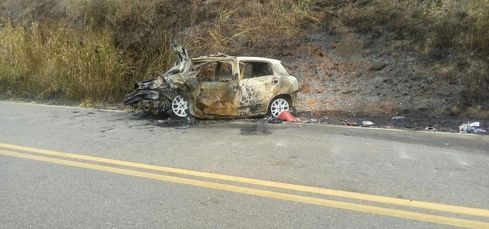 Carro pegou fogo após colisão na RJ-172. Segundo bombeiros, motorista e carona morreram queimados (Foto: Adriano Teixeira | Arquivo Pessoal)