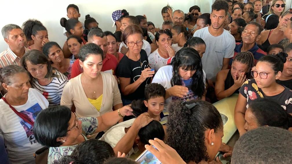 Dezenas de pessoas participaram de enterro em Camaçari — Foto: Victor Silveira/TV Bahia