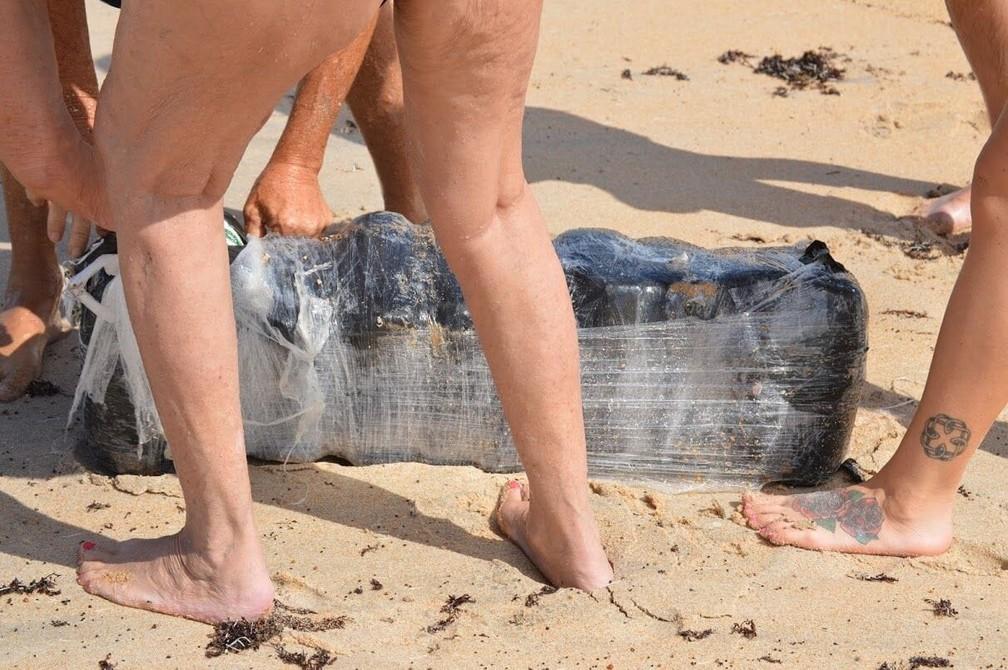 Banhistas tentam levar pacotes de maconha em praia na Flórida — Foto: Divulgação/ Flager County Sheriff