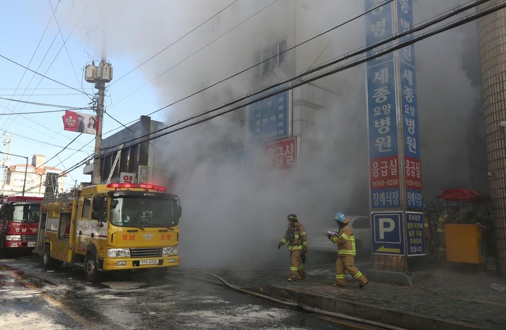 Fumaça sai de hospital que pegou fogo em Miryang, na Coreia do Sul, nesta sexta-feira (26) (Foto: Kim Dong-min/Yonhap via Reuters)