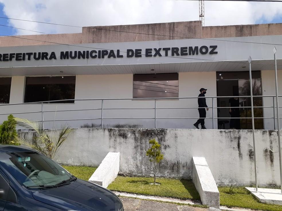 Mandado de busca e apreensão é cumprido na Prefeitura de Extremoz. Prefeito foi afastado do cargo. — Foto: Kleber Teixeira/Inter TV Cabugi