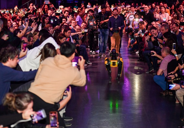 Multidão filma e tira fotos do robô Spot chegando ao palco do Web Summit (Foto: Sam BarnesWeb Summit via Sportsfile)
