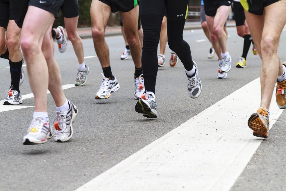Observar o movimentos dos pés e tornozelos durante a corrida ajuda na investigação do problema (Foto: iStock Getty Images)