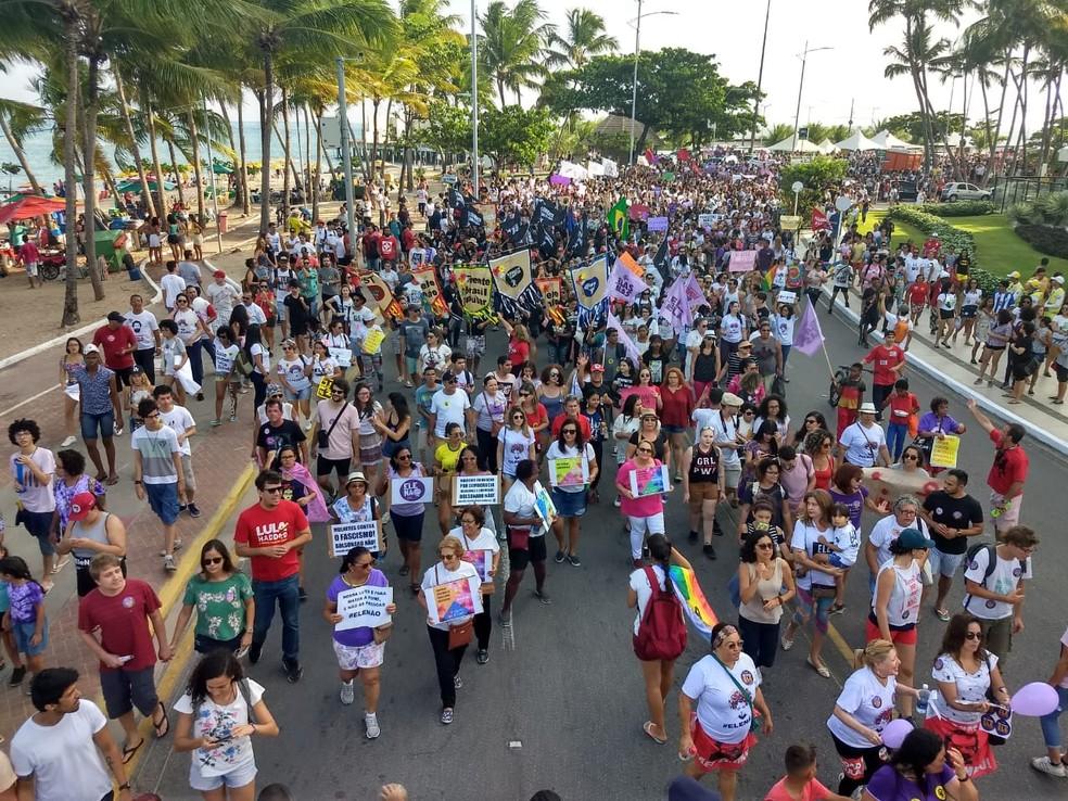 Manifestantes contrários a Jair Bolsonaro se reúnem na orla da Ponta Verde, em Maceió (AL).  — Foto:  Derek Gustavo/G1