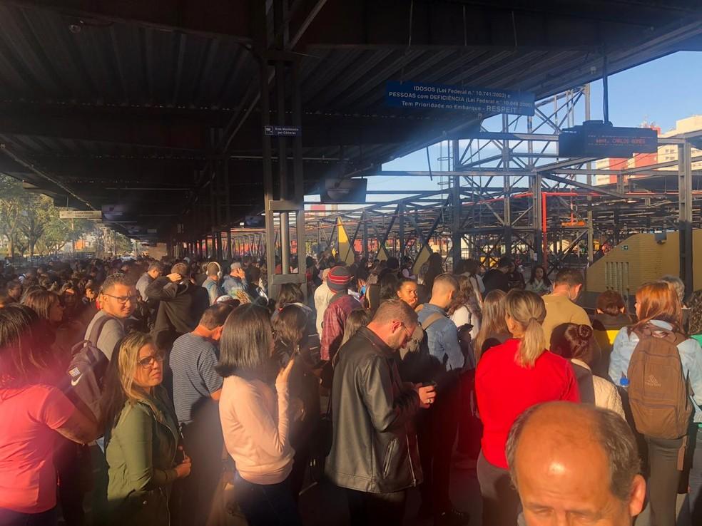 CURITIBA, 8h34: Terminais ficaram lotados de passageiros por causa da greve no transporte público. — Foto: Amanda Menezes/RPC