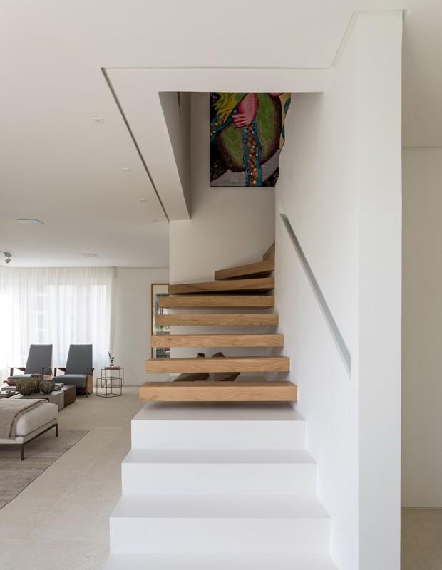A estrutura da escada foi refeita e executada em ferro que depois recebeu diferentes revestimentos (Foto: Fran Parente/Divulgação)