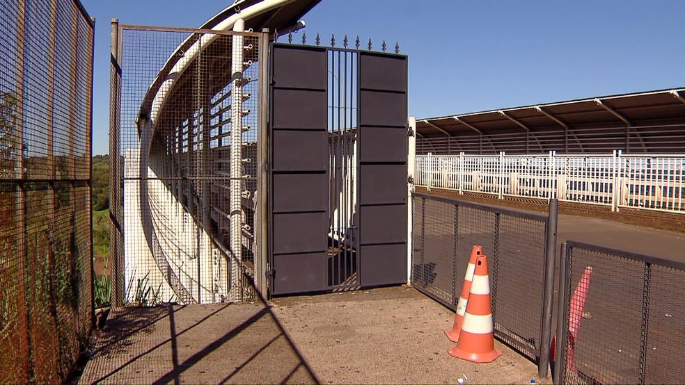 Corredor de acesso dos pedestres está fechado em Cidade del Leste, no Praguai — Foto: Giovani Zanardi/RPC