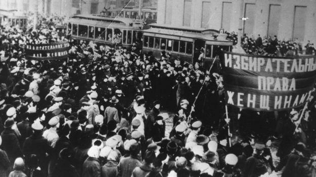 Na Rússia, em 1917, milhares de mulheres foram às ruas contra a fome e a guerra; a greve delas foi o pontapé inicial para a revolução russa e também deu origem ao Dia Internacional da Mulher  (Foto: Getty Images/via BBC News Brasil)
