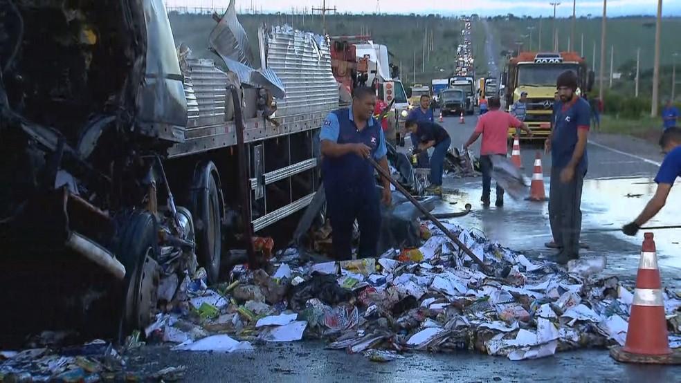 Pista passa por processo de limpeza para liberar uma das faixas para trânsito — Foto: Reprodução/TV Globo