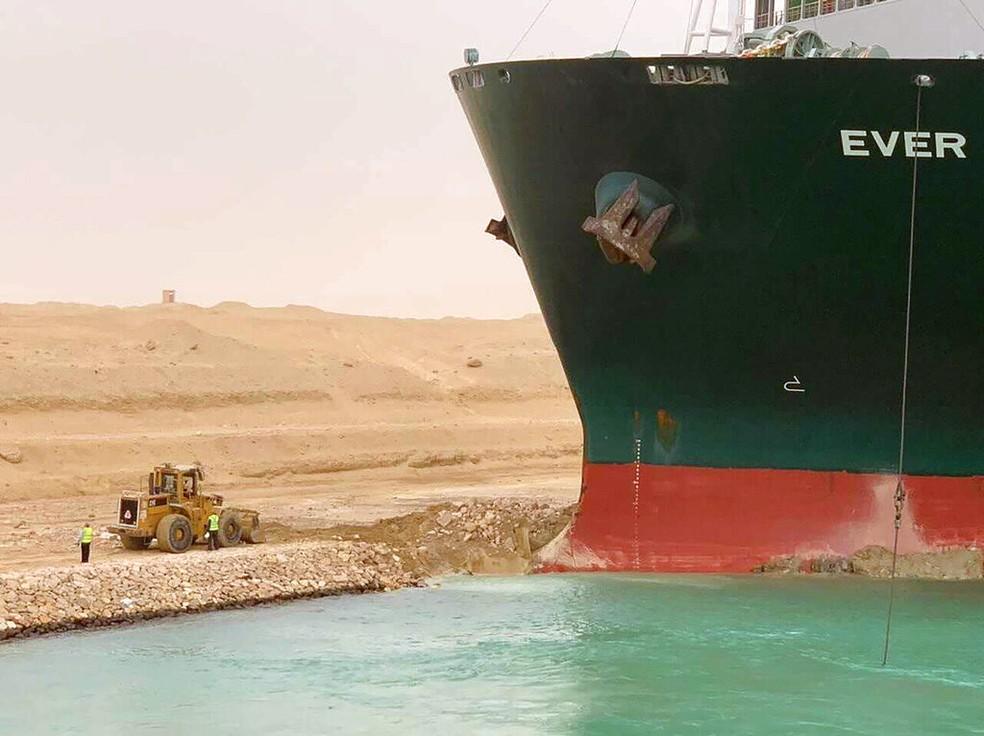 Detalhe do meganavio que encalhou no Canal de Suez, no Egito, em 23 de março de 2021 — Foto: Suez Canal Authority/Reuters