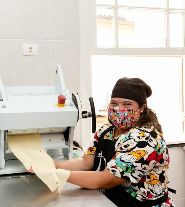 Instituto inaugura primeira fábrica de massas artesanais feitas por portadores de síndrome de Down