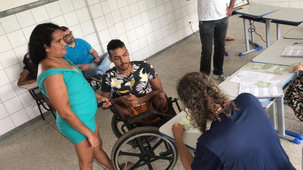 Cadeirante Caio Leonardo durante votação em Salvador — Foto: Juliana Cavalcante/TV Bahia