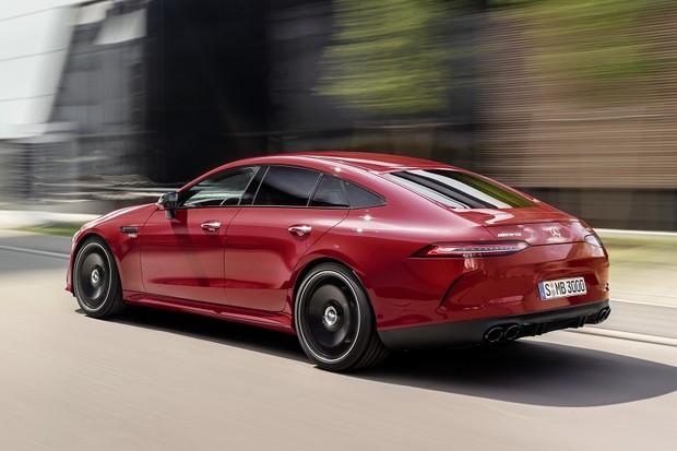 Mercedes-AMG GT 43 4MATIC+ 4-Türer Coupé (2018), Jupiterrot, AMG Night-Paket Exterieur;Kraftstoffverbrauch kombiniert: 9,4-9,1 l/100 km, CO2-Emissionen kombiniert: 215-209 g/km*Mercedes-AMG GT 43 4MATIC+ 4-Door Coupé (2018), Jupiter red, AMG Exterior Ni (Foto: Daimler AG)
