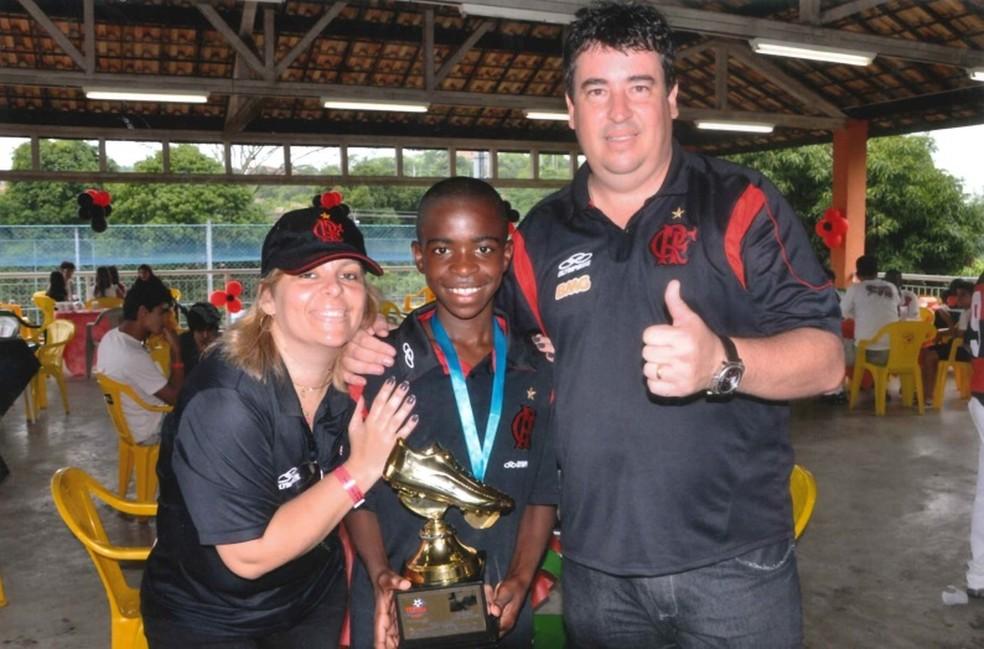 Vinícius Júnior ao lado de Valéria e Cacau na escolinha do Flamengo — Foto: Arquivo Pessoal