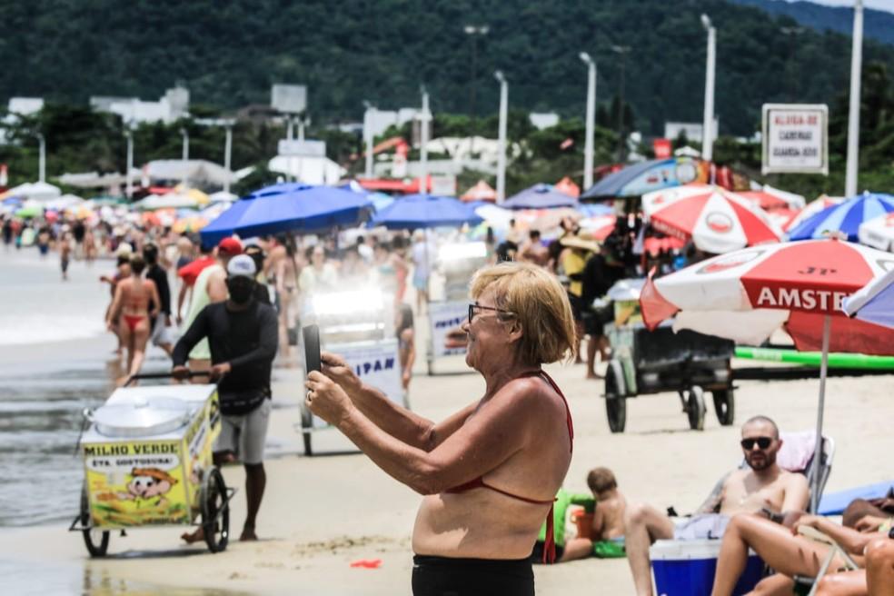 Restrições nas praias de SC determina distanciamento entre as pessoas deve ser de, no mínimo, 1,5 metro — Foto: Diorgenes Pandini/ NSC