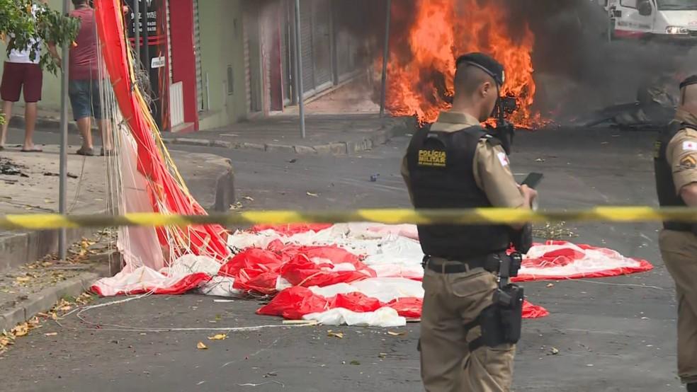 Paraquedas de aeronave ficou na Rua Minerva, no bairro Caiçara, em Belo Horizonte  — Foto: Herbert Cabral/TV Globo